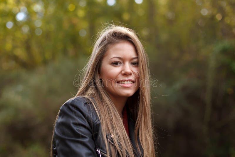 Bella donna in una bella foresta immagini stock