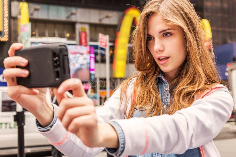 Bella donna urbana che fa selfie fotografia stock