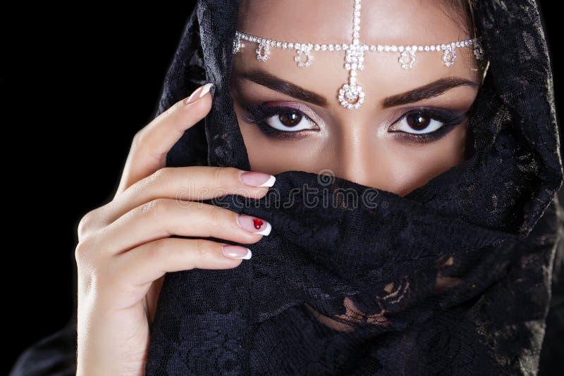 Bella donna in velo del Medio-Oriente di Niqab sulla b nera isolata immagini stock libere da diritti