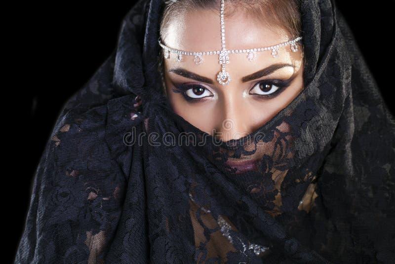 Bella donna in velo del Medio-Oriente di Niqab sulla b nera isolata immagine stock libera da diritti