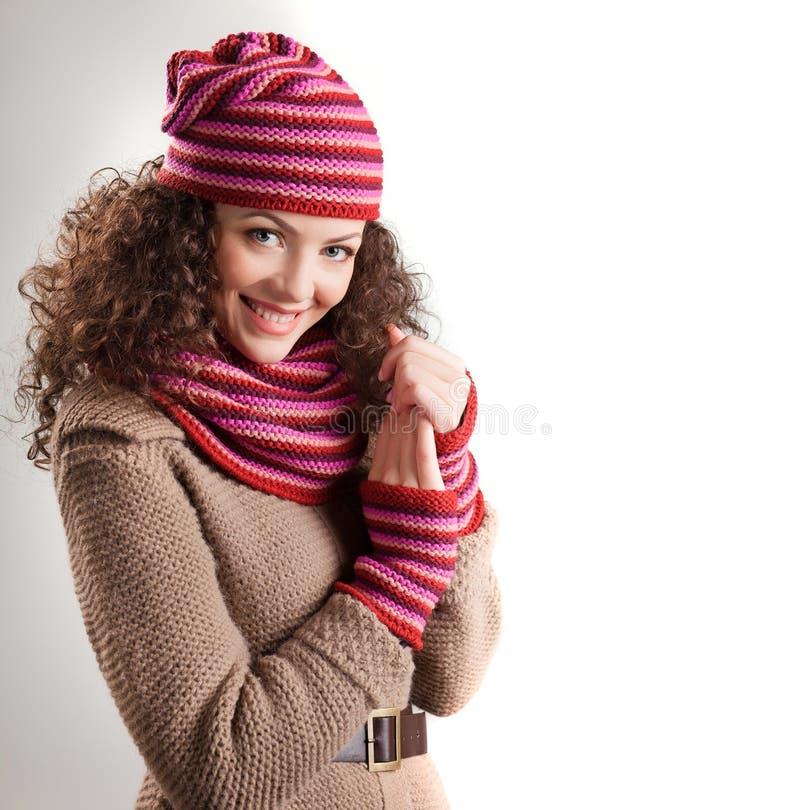 Bella donna vestita nel sorridere dei vestiti di inverno fotografia stock libera da diritti