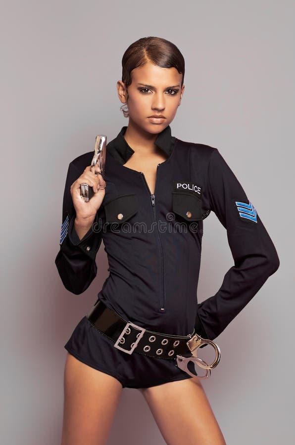 Bella donna vestita in uniforme dell'ufficiale di polizia di cosplay fotografia stock libera da diritti