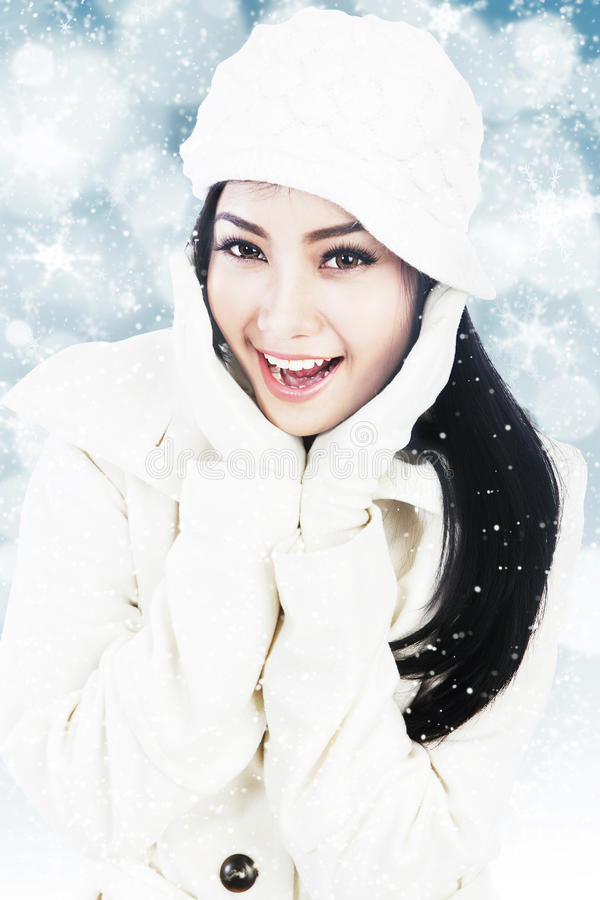 Bella donna in vestiti di inverno sugli indicatori luminosi blu fotografie stock