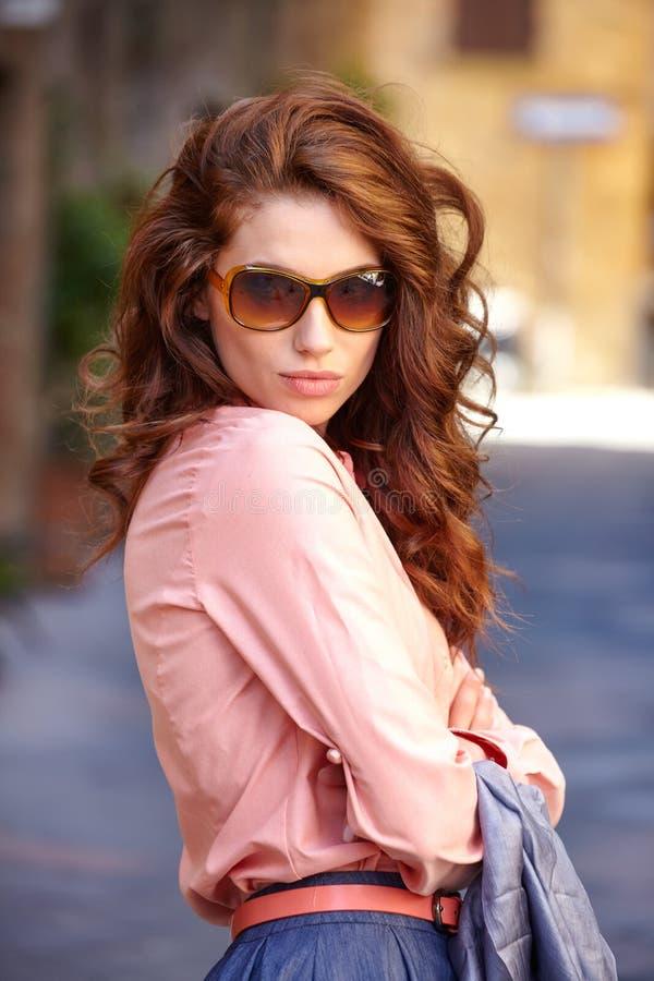 Bella donna in vestito da estate che cammina e che corre allegra e c immagini stock