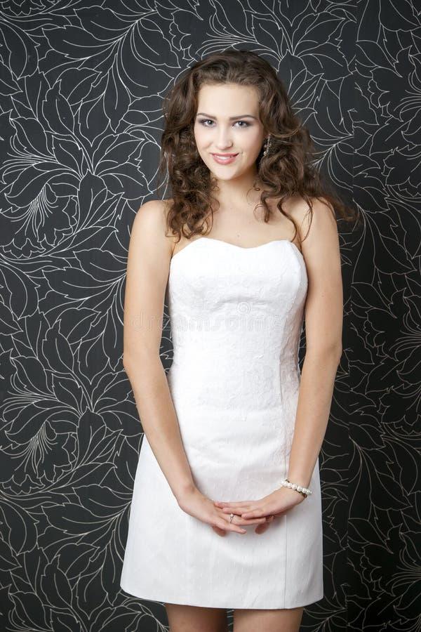 Bella donna in vestito da sposa bianco fotografia stock