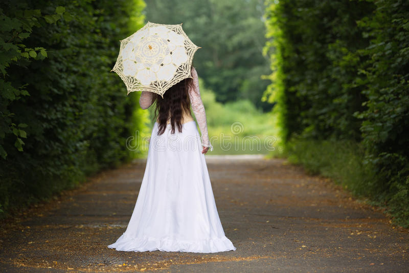 Bella donna in vestito gotico fotografia stock
