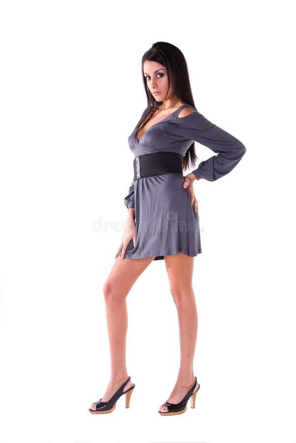 Bella donna in vestito grigio. fotografia stock