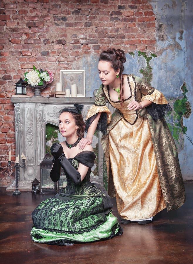 Bella donna in vestito medievale che consola il suo amico immagine stock