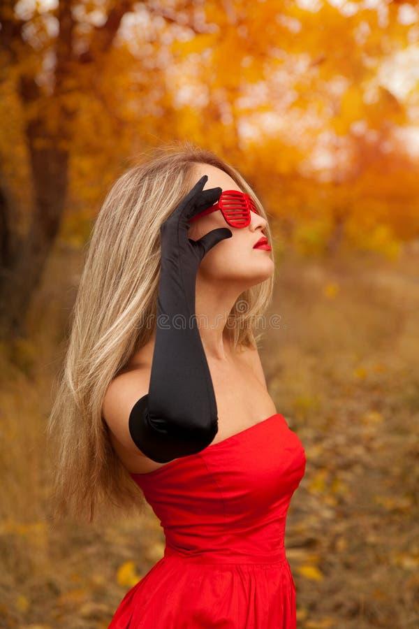 Bella donna in vestito rosso immagine stock libera da diritti