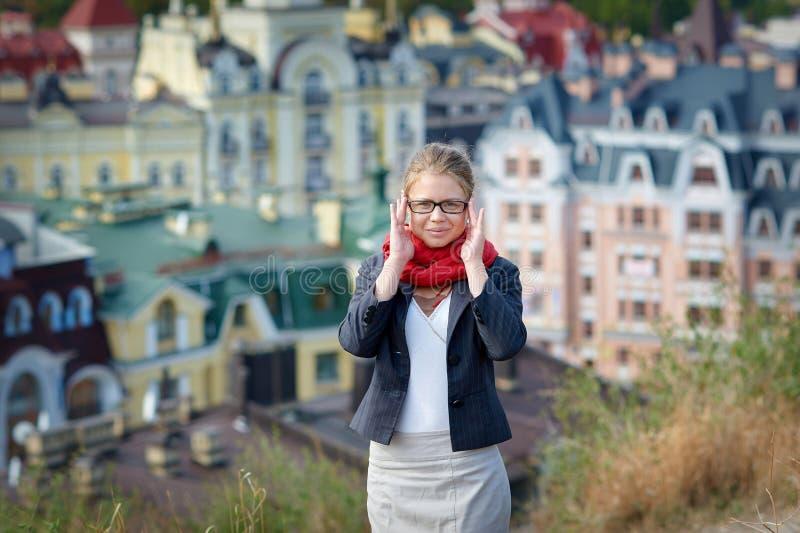Bella donna in vetri che posano contro il contesto della città fotografia stock libera da diritti