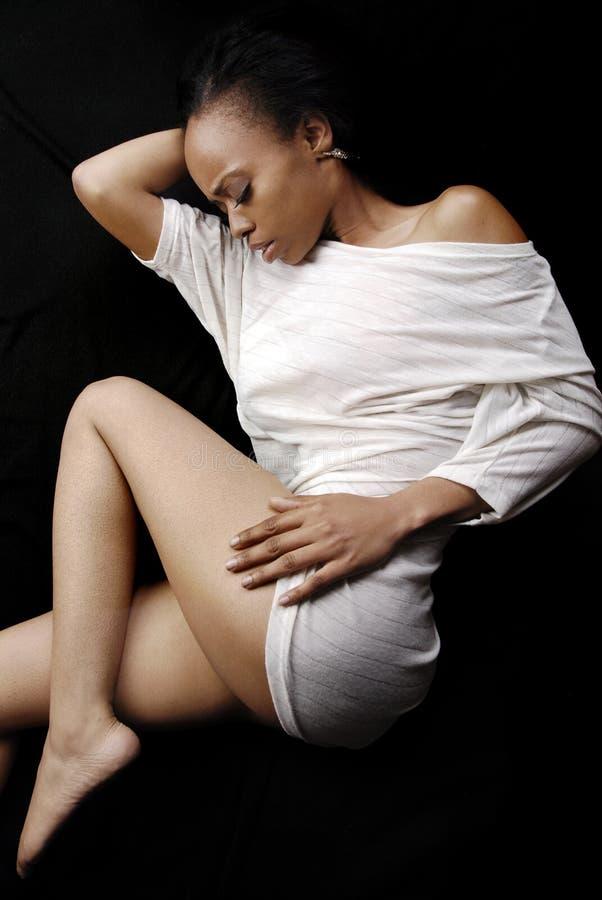 Bella durmiente afroamericana en un vestido blanco fotografía de archivo libre de regalías