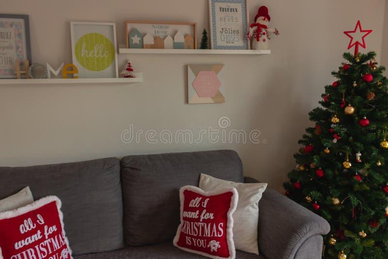 Bella e casa accogliente decorata durante il Natale fotografia stock