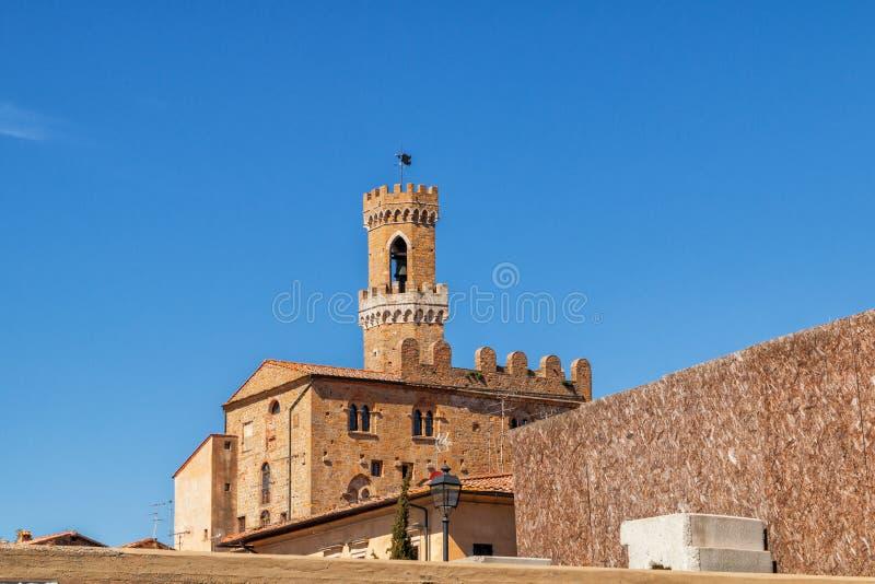 Bella e città medievale accogliente di Volterra immagini stock