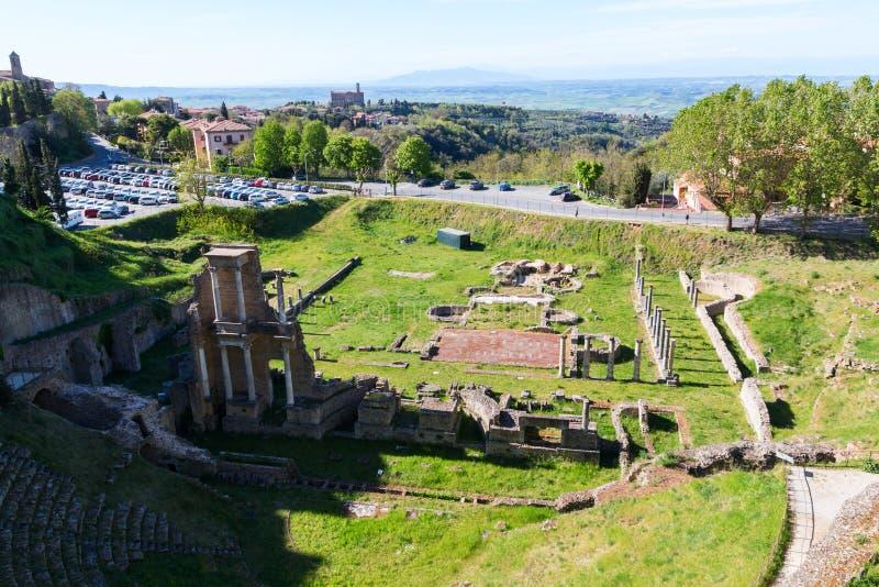 Bella e città medievale accogliente di Volterra e rovina romana del teatro fotografie stock libere da diritti
