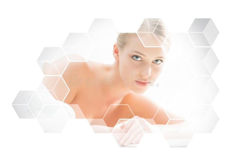 Bella e donna bionda in buona salute che ottiene trattamento di massaggio nel salone della stazione termale immagini stock