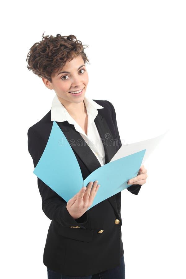 Bella e donna di affari moderna che legge un repor fotografie stock libere da diritti