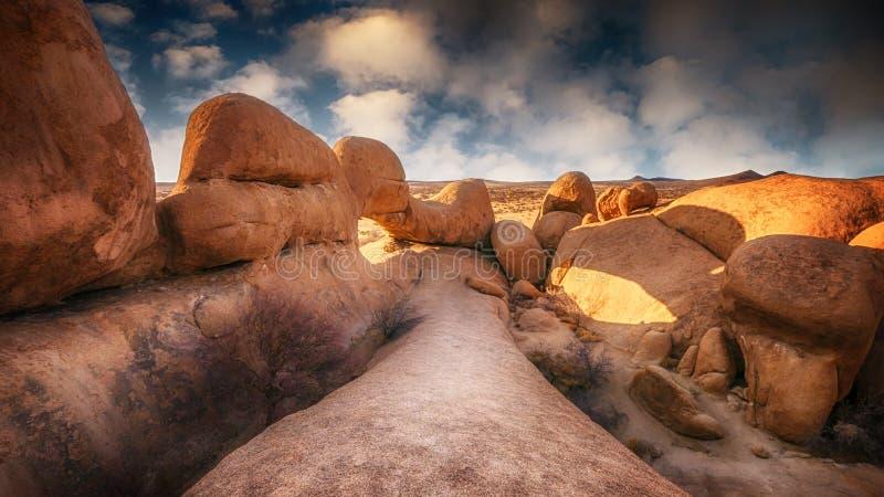 Bella e formazione rocciosa antica drammatica in Spitzkoppe, Namibia fotografie stock