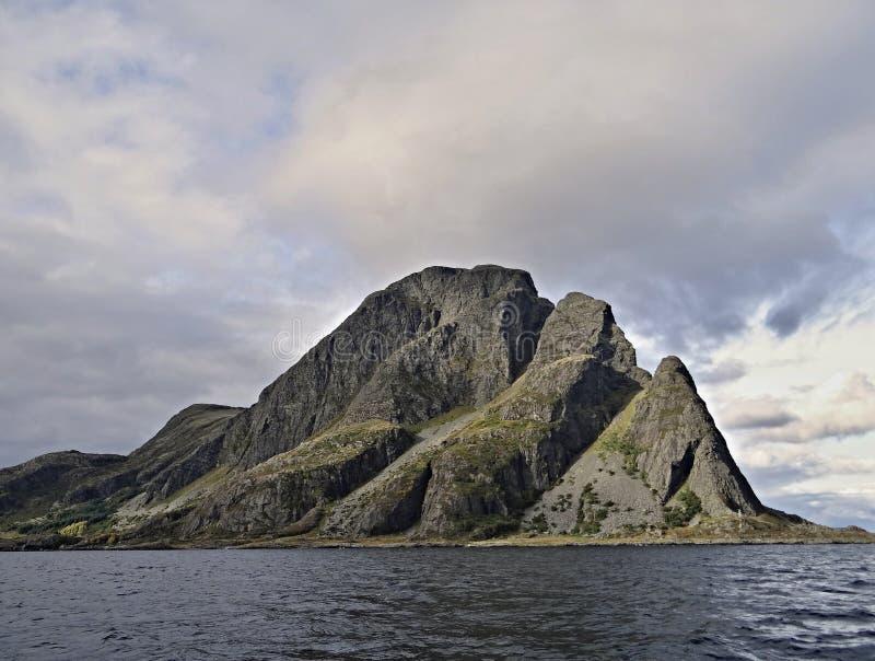 Bella e piccola isola sola pericolosa in Norvegia fotografia stock