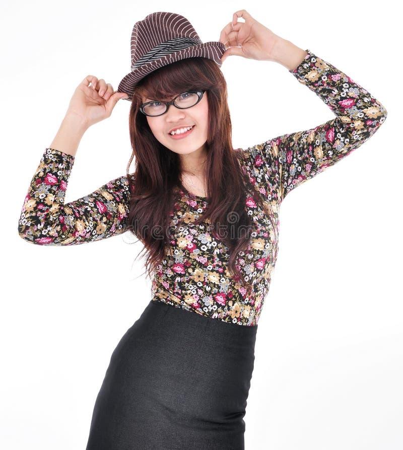 Bella e ragazza attraente che porta un cappello fotografia stock