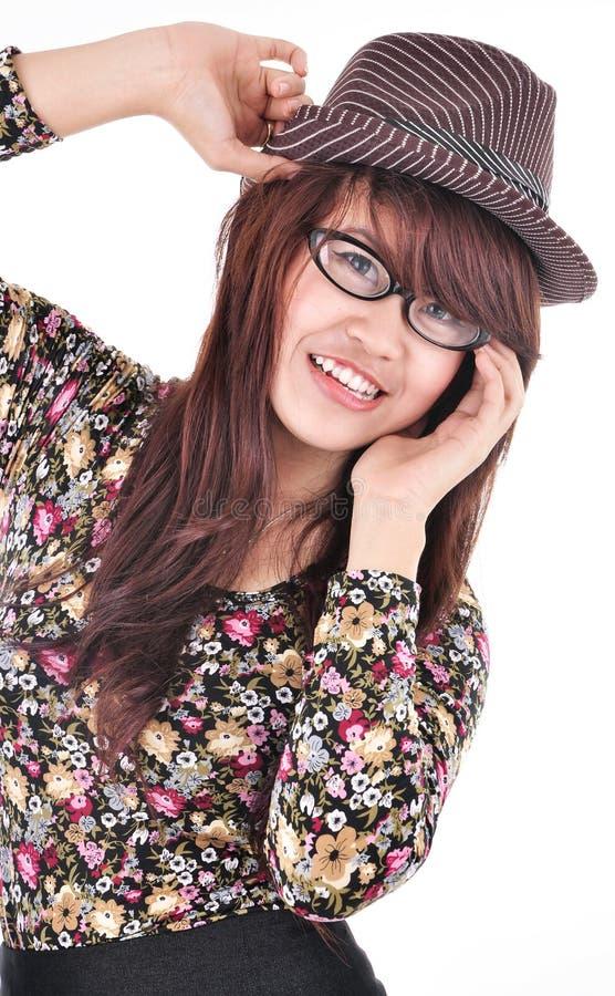 Bella e ragazza attraente che porta un cappello fotografia stock libera da diritti