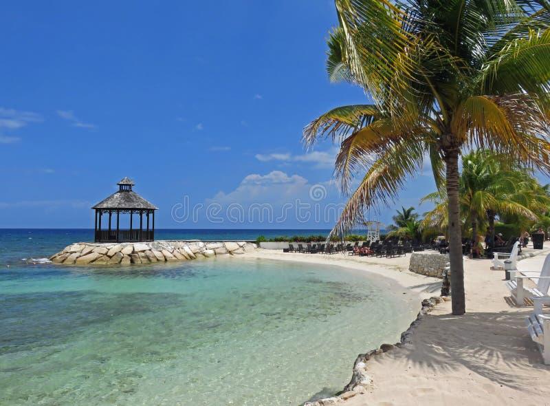 Bella e vista di oceano di rilassamento del gazebo fotografie stock libere da diritti