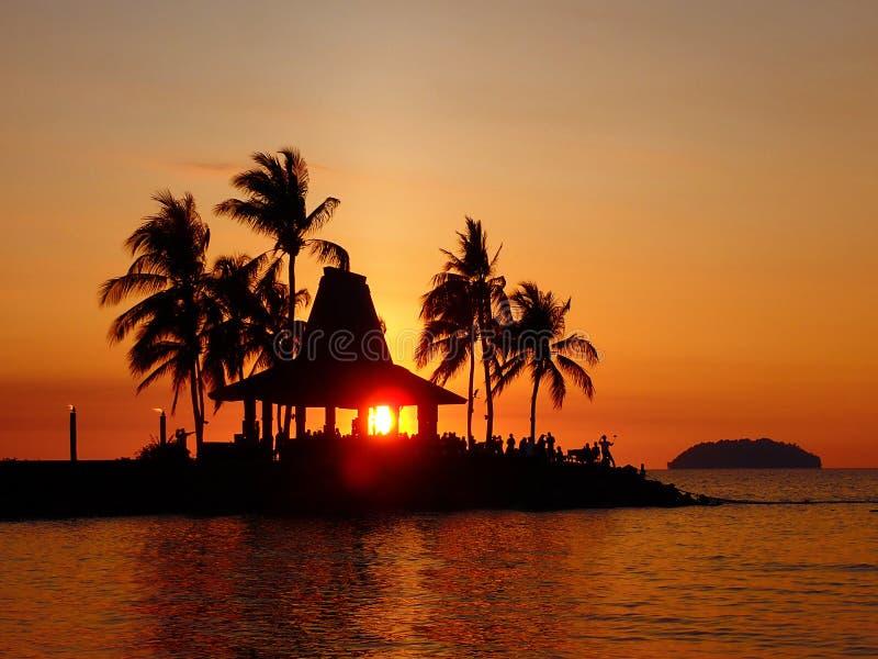 Bella e vista sbalorditiva di tramonto in spiaggia di Tanjung Aru La terra sotto il vento borneo immagini stock
