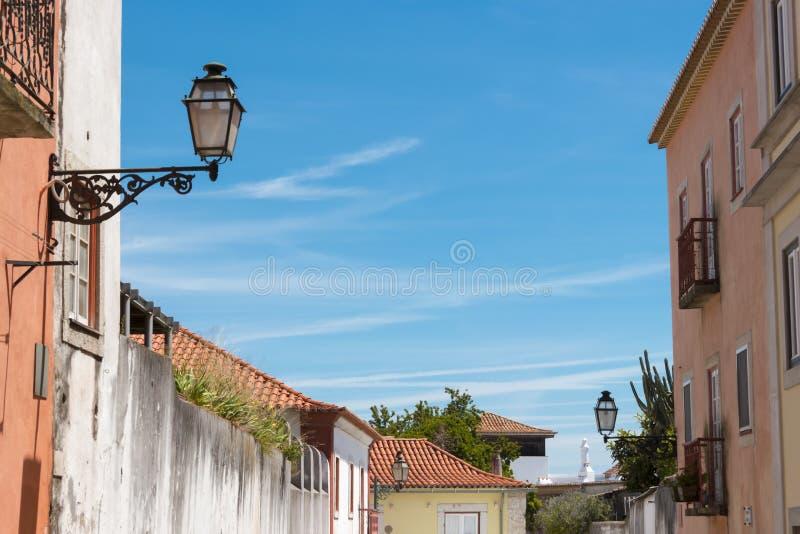 Bella e vista tradizionale di costruzione e della lampada antiche, Lisbona immagini stock