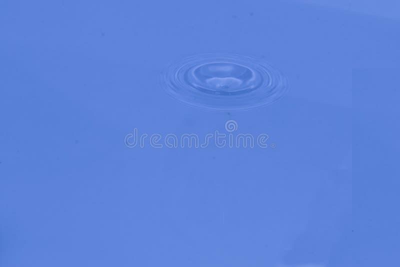 Bella ed onda di acqua stupefacente con spruzzata immagine stock libera da diritti