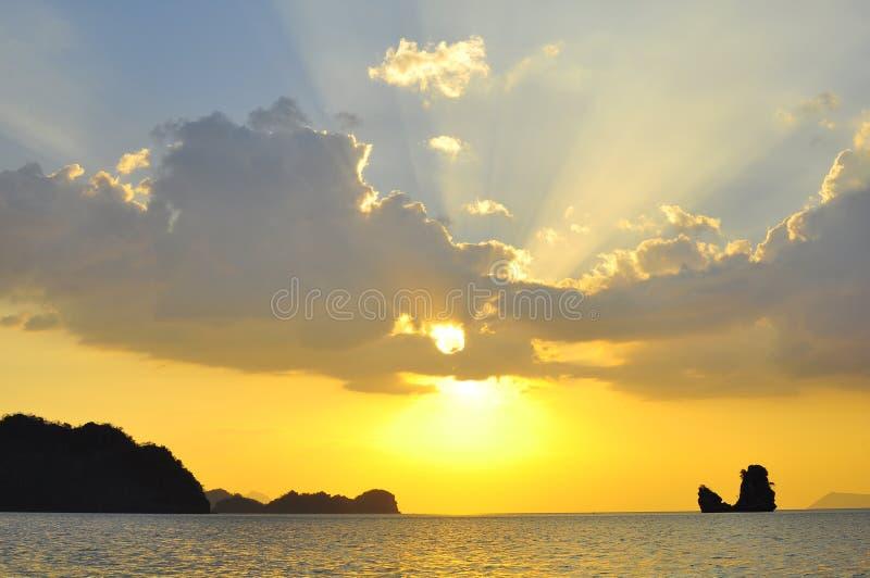 Bella esplosione solare celeste attraverso le nuvole fotografia stock libera da diritti