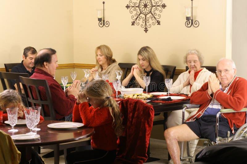 Bella famiglia che prega alla prima colazione fotografia stock libera da diritti