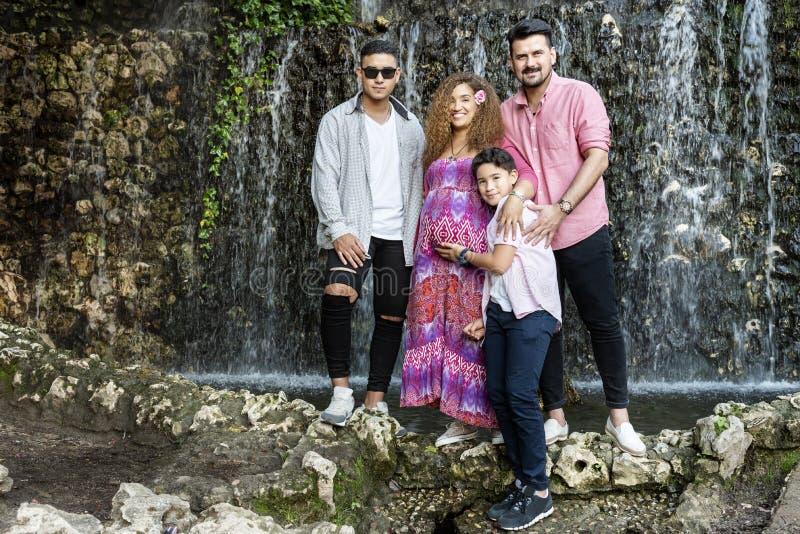 Bella famiglia che si diverte nel parco fotografia stock