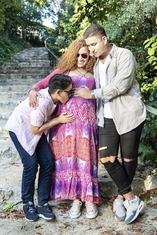 Bella famiglia che si diverte nel parco fotografia stock libera da diritti