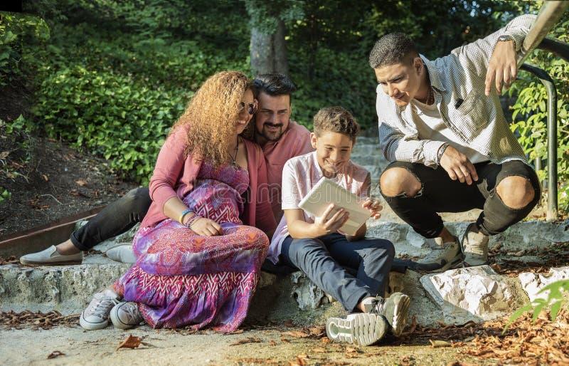 Bella famiglia che si diverte nel parco immagini stock
