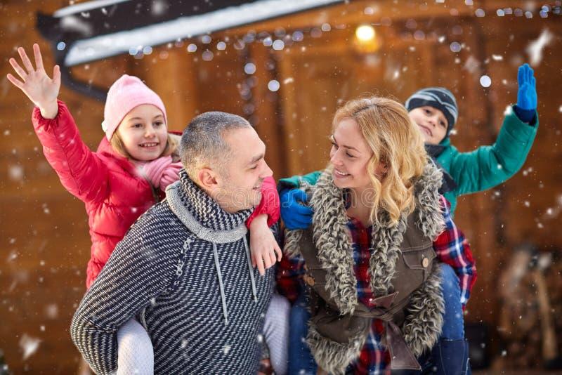 Bella famiglia sorridente che gode sulla notte di Natale fotografia stock libera da diritti