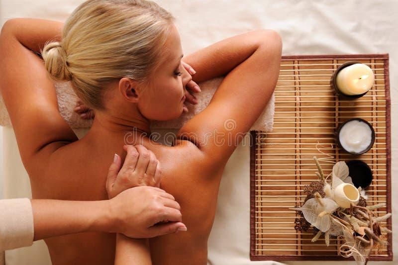 bella femmina posteriore che massaggia i giovani fotografia stock libera da diritti