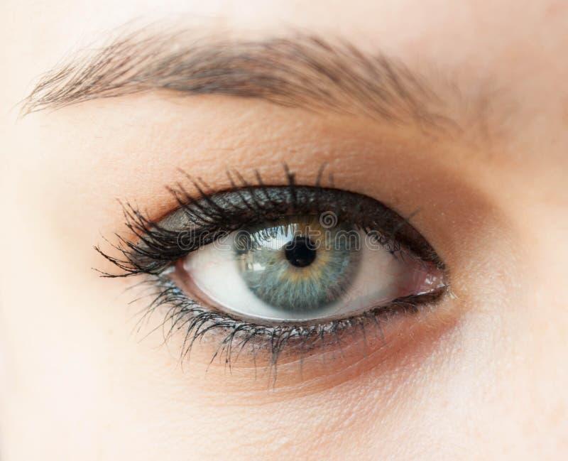 Bella fine blu dell'occhio della donna su immagine stock