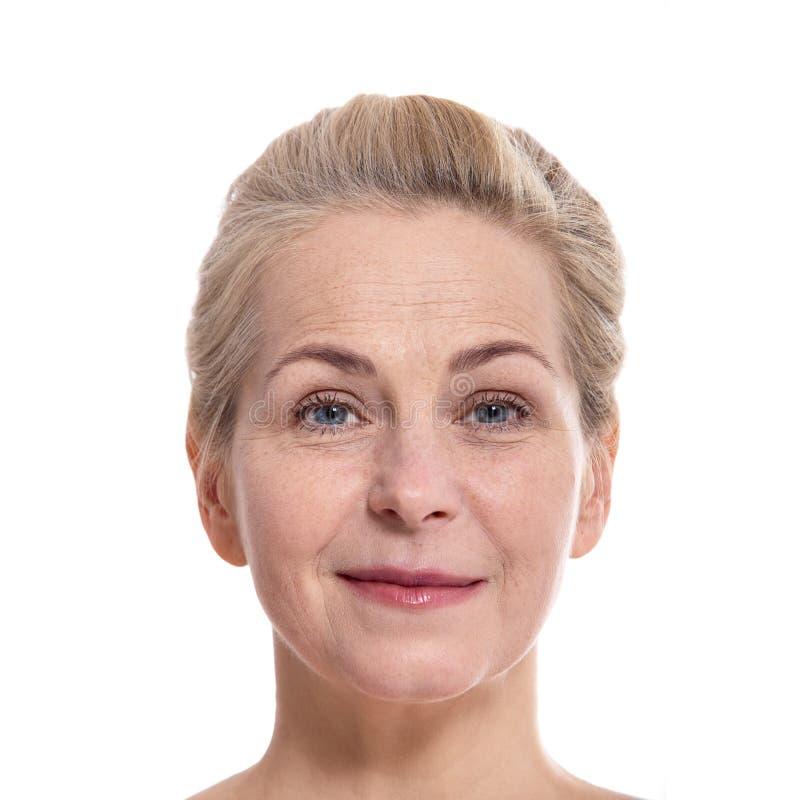Bella fine sorridente di fase della donna invecchiata mezzo su fotografia stock libera da diritti