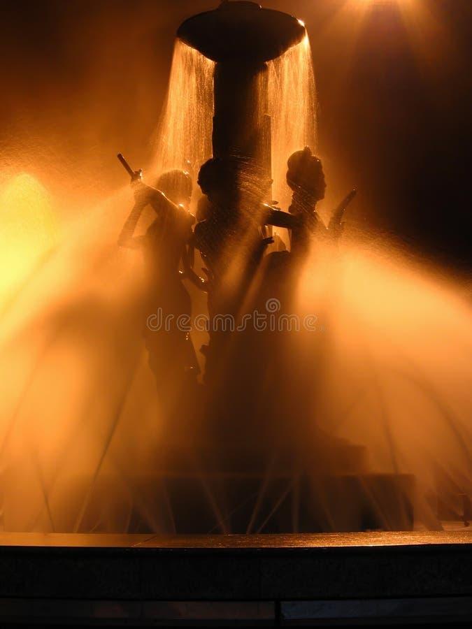 Bella fontana entro Night fotografie stock