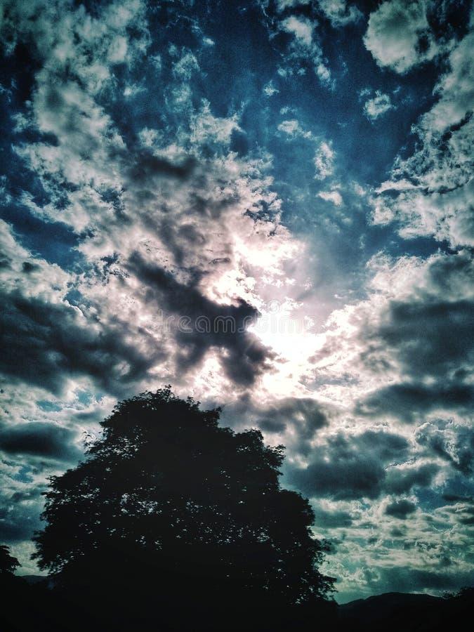 Bella formazione delle nuvole e del cielo blu fotografia stock