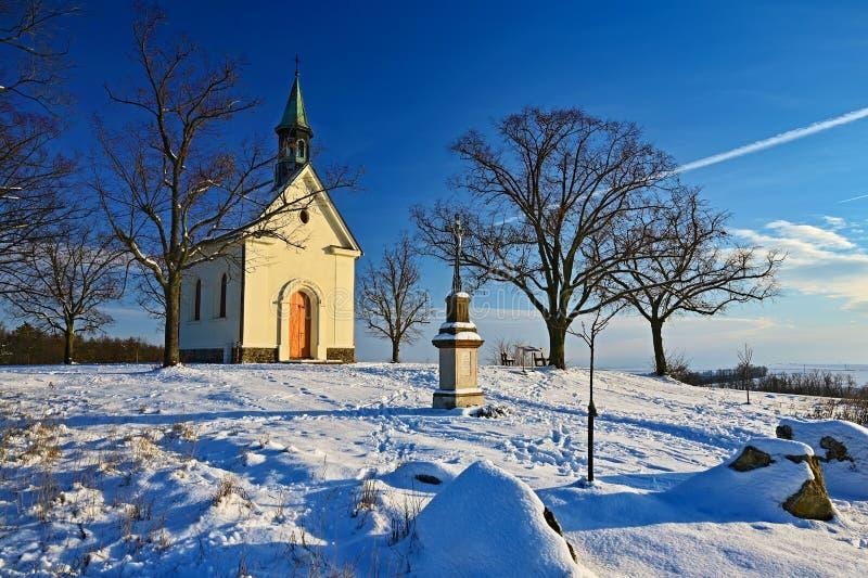 Bella foto del paesaggio di inverno con la chiesa Giorno di inverno soleggiato Brno - Lisen Cappella della nostra signora dell'as immagine stock