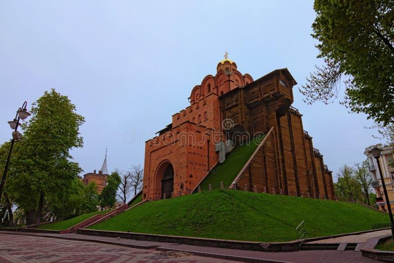 Bella foto del paesaggio del Golden Gate famoso Mattina della primavera a Kiev, Ucraina fotografie stock