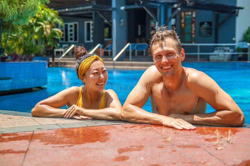 Bella foto delle coppie felici nello stagno che chiacchiera a vicenda immagini stock