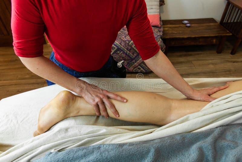 Bella foto delle mani di una donna che danno un massaggio profondo del tessuto fotografia stock libera da diritti