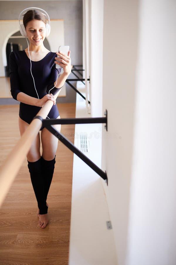 Bella ginnasta felice in studio di formazione fotografia stock