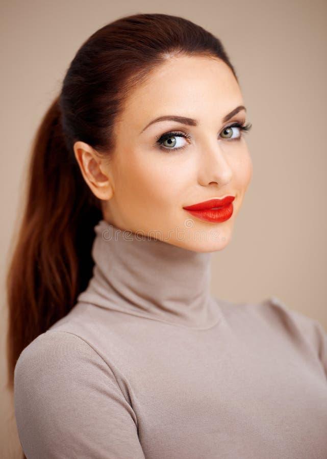 Bella giovane donna affascinante immagine stock