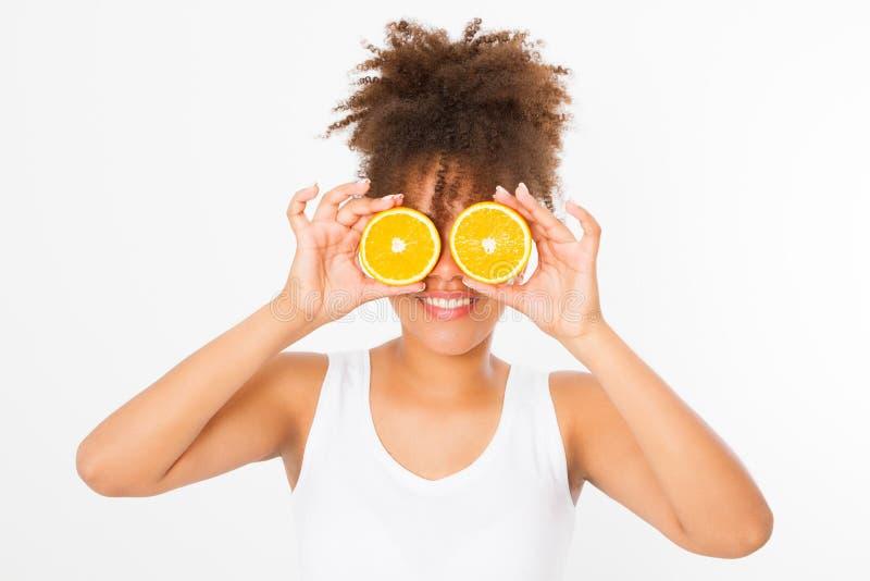 Bella giovane donna afroamericana isolata su fondo bianco Ragazza di afro e concetto di dieta Copi lo spazio Derisione su Cura di fotografie stock libere da diritti
