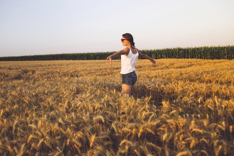 Bella giovane donna all'aperto che gode della natura fotografia stock libera da diritti