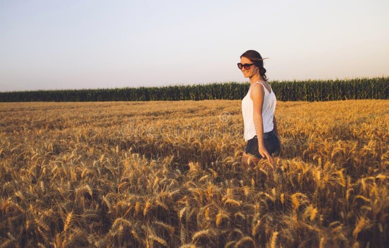 Bella giovane donna all'aperto che gode della natura fotografie stock libere da diritti