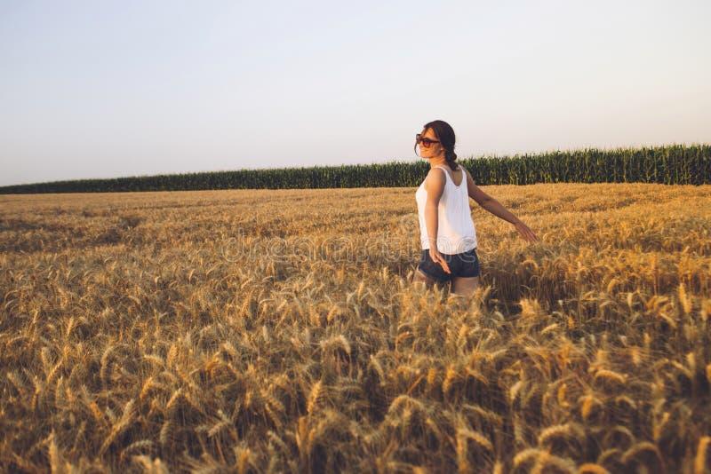 Bella giovane donna all'aperto che gode della natura fotografia stock