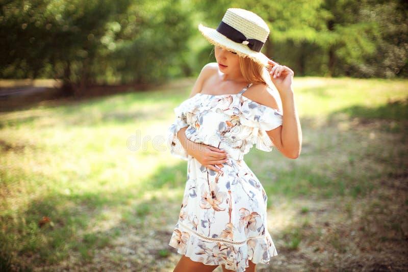 Bella giovane donna all'aperto un giorno di estate fotografia stock libera da diritti